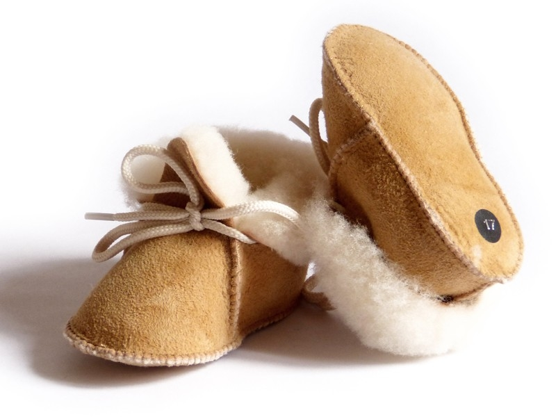 Chaussons bébé beige fourrés en peau de mouton