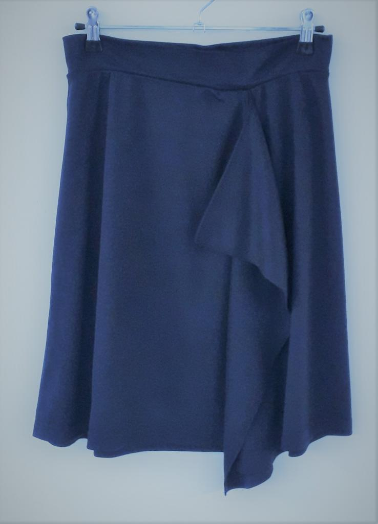 JUPE ASYMETRIQUE en pure laine mérinos COOLMAN bleu marine
