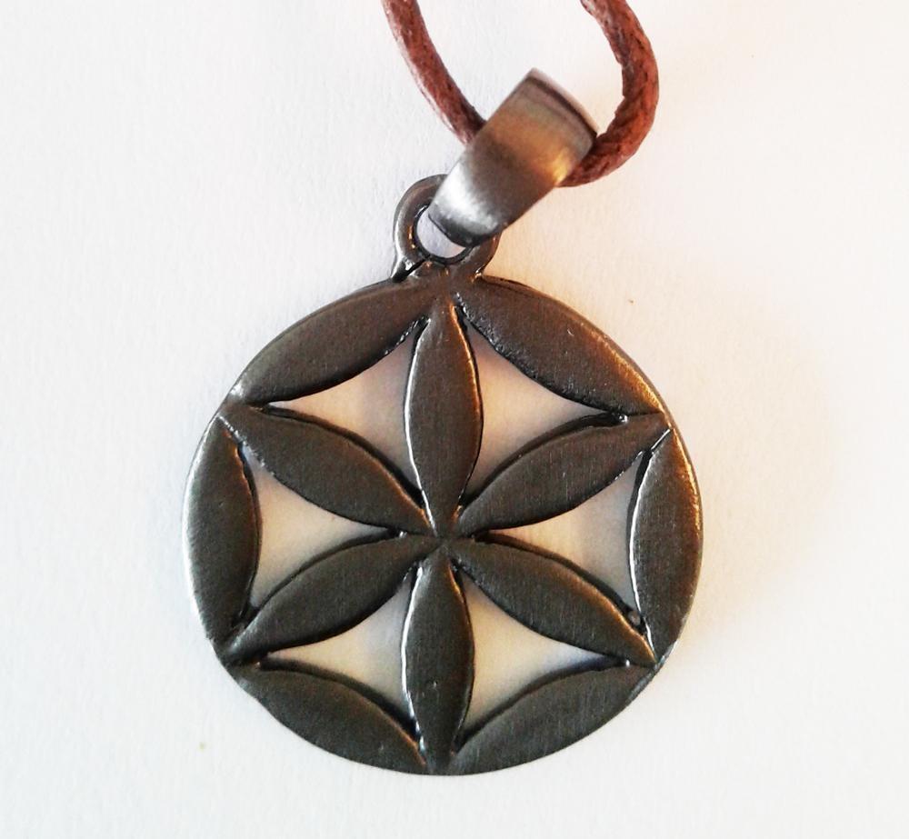 Graine de vie simple en pendentif finition platinium D. 2 cm