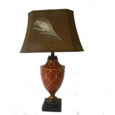 Lampe à poser Grand pied urne rouge et or Abat jour brun + plume de paon H.75.5 cm
