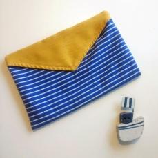 Bouillotte enveloppe  bleue et rabat jaune