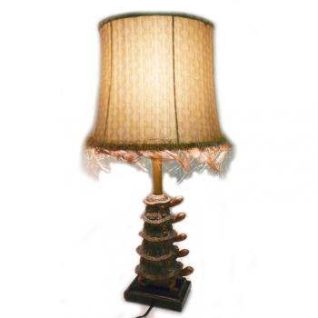 Lampe ampilade tortues Abat jour brun doré à losanges et galon en plumes H.63 cm
