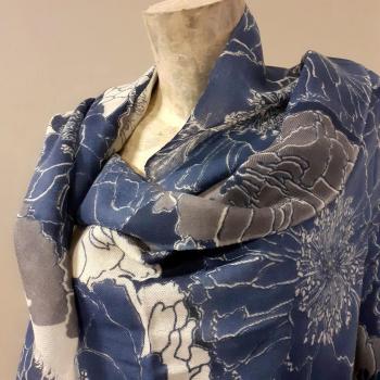 Étole écharpe, bleu  foncé à imprimés fleuri, en pure cachemire éthique d'Inde