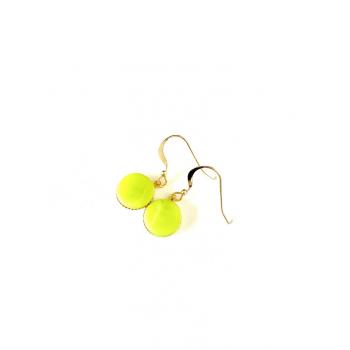 Petites dormeuses vertes. Boucles d'oreilles artisanales en boutons anciens