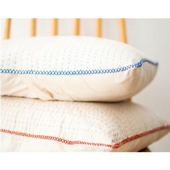 housse de coussin 40x40 coton brut blanc à surpiqûres rouges faites main équitable