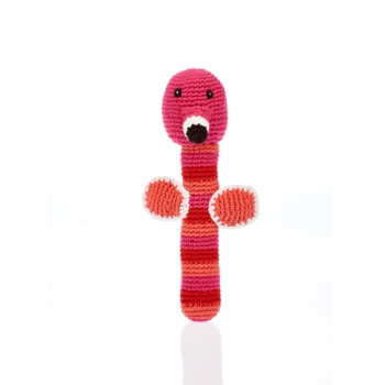 Flamand Rose - Hochet en crochet de coton équitable Pebble forme baton