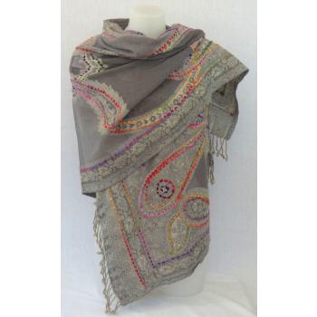 Étole laine bouillie transparente, brodée à la main sur des motifs paisley - gris et multicolore