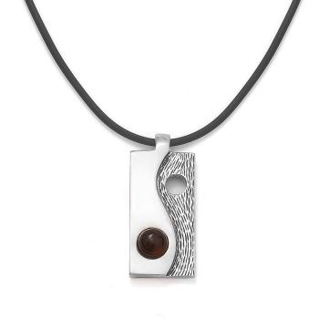 Collier yin et yang en ambre sur un cordon en latex noir.