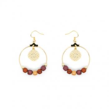 Boucles-d'oreilles ronde créole avec filigrane or doré et perles bois multicolore