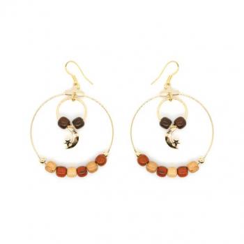 Boucles-d'oreilles créole dorée à l'or fin ornée de perles en bois multicolore