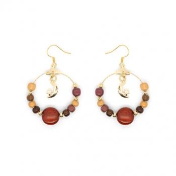 Boucles-d'oreille créole dorée à l'or fin serti de perles en bois précieux et ses breloques