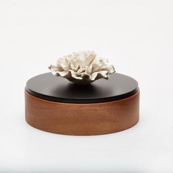 Boîte décorative en bois ornée d'une fleur en céramique / CHAN