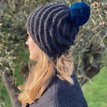Bonnet alpaga anthracite - pompon fausse fourrure bleu