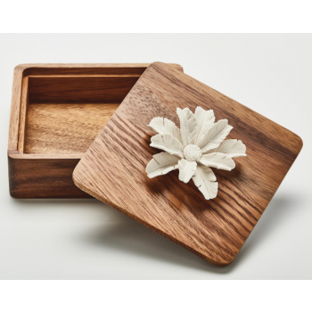 Boîte carré en bois ornée d'une fleur en porcelaine / TUKA