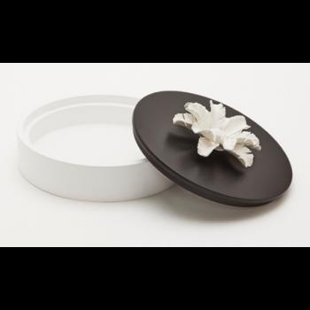Boîte décorative en bois ornée d'une fleur en céramique / PILAMO