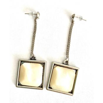 Carrés en pendants. Boucles d'oreilles artisanales en boutons anciens