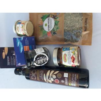 Coffret Saveurs gourmandes de Grèce : Huile d'olive, Ai noir en gousses, Émincés de tomates, Purée d'ail blanc, Sardines sauvages, Thon fumé sauvage, Basilic séché