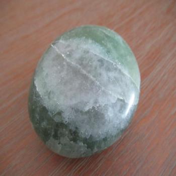 Gros galet de fluorite