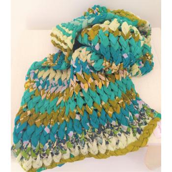 plaid turquoise tricoté en grosse maille de saris recyclés, équitable