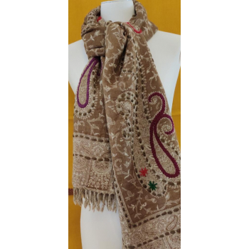 chale pure laine bouillie camel, ivoire, rebrodé de fil violet rose émeraude.