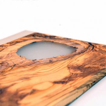 Planche à découper en bois massif d'olivier et résine époxy