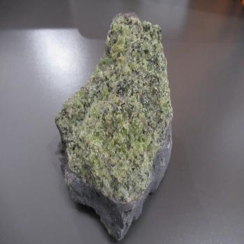 Péridot vert brut sur matrice de basalte