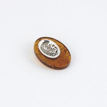 Pendentif en ambre cognac sur argent rhodié.
